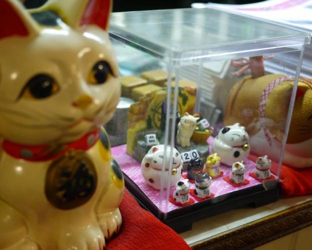 Meneki-neko (beckoning cats)