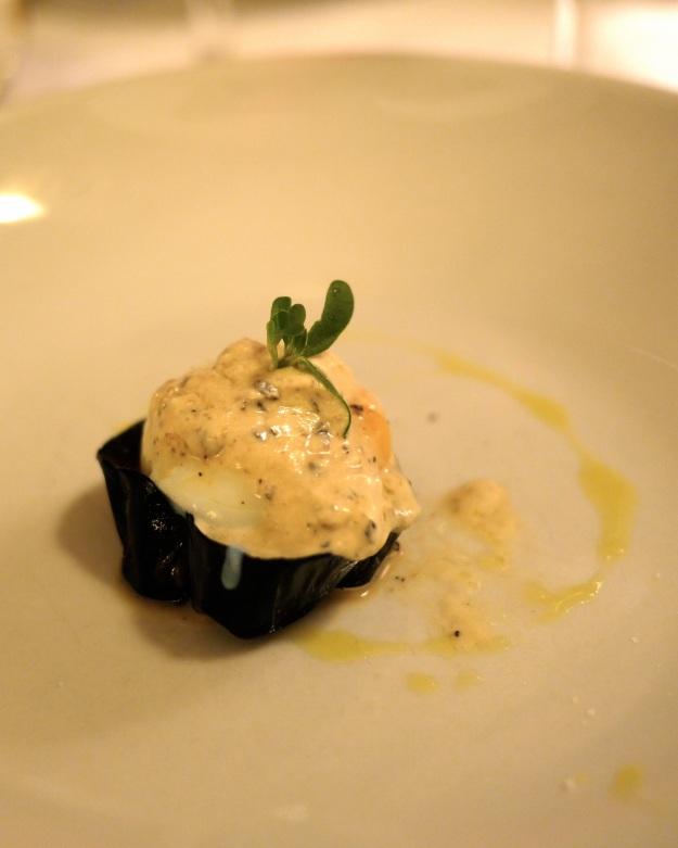 Oeuf de poule fermier cuit à 64º, sur une fine tartlestte d'asperges et truffle, jus iodé