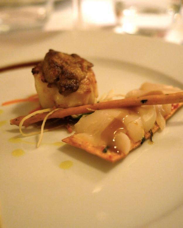 """Noix de coquille Saint Jacque """"al dente"""" et foie gras de canard poêlé, Bruschetta à la truffle, jus de pur Arabica à l'eucalyptus"""