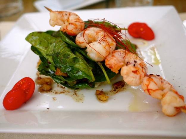 Spinach salad with grilled prawn skewer